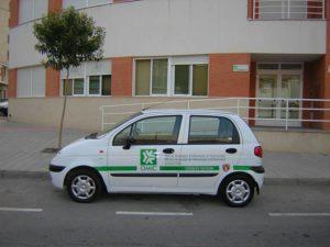 Entrada a las oficinas de la OMIC y automóvil de la concejalía.
