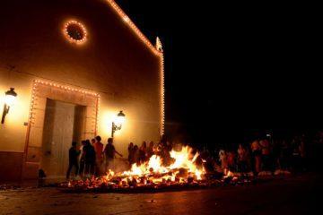 La Foguera de Sant Antoni iluminará esta noche el cielo de Petrer