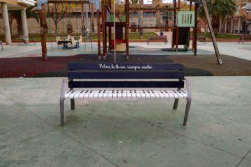 La campanya de Nadal de Petrer també arriba als parcs amb una acció d'art urbà en els bancs
