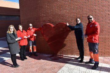 Petrer instal·la dos gran contenidors en forma de cor per a recollir taps a benefici de Creu Roja