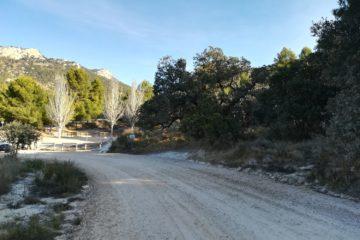 La massificació de visitants i de cotxes provoca el tancament del camí de Catí a Catxuli