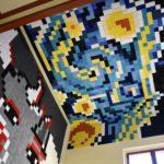 La Tourist Info de Petrer estrena mural de ganchillo en homenaje al 10º aniversario de la iniciativa turística «Petrer se viste de luna»