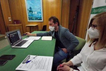 La alcaldesa y el concejal de Desarrollo Económico mantienen una reunión telemática con 21 asesorías para informarles del Plan Paréntesis