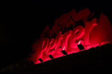 Petrer homenatja els donants de sang il·luminant de vermell les entrades al municipi