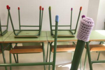 Las aulas de Petrer y Elda serán menos ruidosas con botas de lana hechas por voluntarios en las patas de mesas y sillas