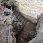 Les excavacions trauen a la llum l'entrada i les escales del refugi antiaeri de la plaça de Baix