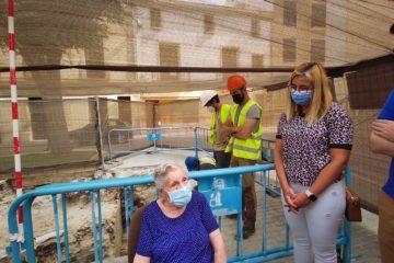 Aparecen casquillos de bala en el refugio antiaéreo que hoy ha visitado una mujer de 100 años que participó en su construcción